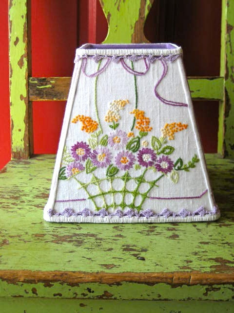 vintage linen turned lampshade: Idea, Lamps Shades, Vintage Lampshades, Turning Lampshades, Old Linens, Old Lamps, Linens Turning, Vintage Linens Quilts, Lampshades Quilts