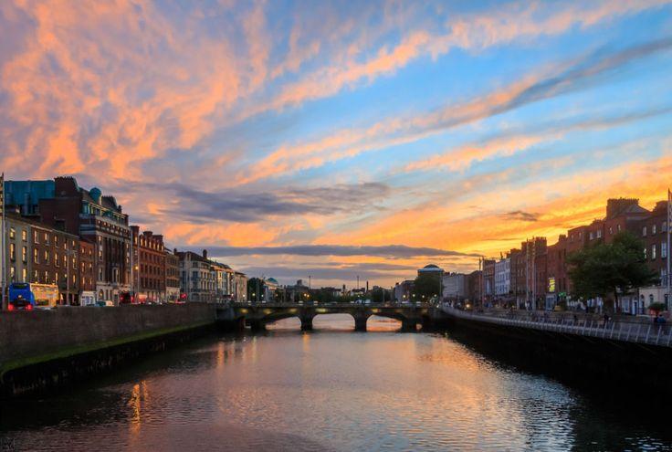 Írsko je krajina typická zelenou farbou čichutným pivom. Oplývamnožstvom pozoruhodných lokalít, nevynímajúchlavné mesto charakteristické svojou priateľskou atmosférou. Mnoho Slovákov sem pravidelne prichádza za prácou, no tá však nie je jediné, čo Dublin ponúka. Nájdete tu mnoho kuriozít, ktoré sa oplatí vidieť. Navyše, je typický bohatou históriou, netradičnými zvykmi asvojskými obyvateľmi. Pôvodom čierna kaluž Názov mesta