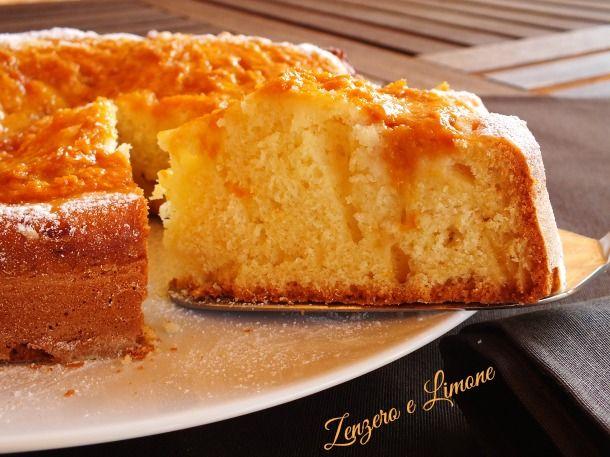 La torta alle pesche è un dolce morbidissimo, ideale per una sana merenda. Ha una superficie umida e cremosa che lo rende golosissimo!