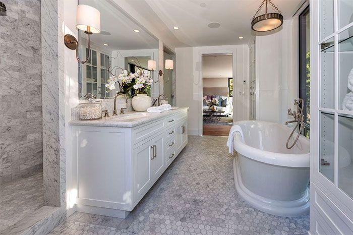 Faça um tour por dentro da nova mansão da Kendall Jenner, comprada por 6.5 milhões de dólares, e conheça os detalhes da decoração da casa da modelo.