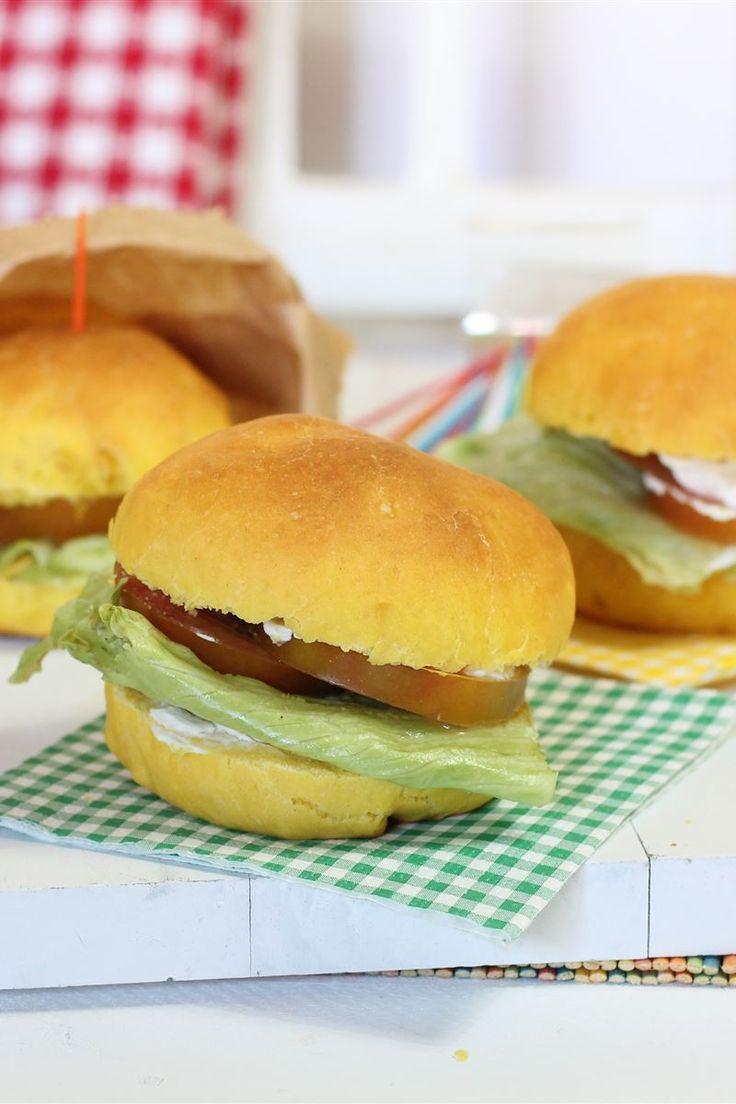 I panini allo zafferano sono dei morbidi e squisiti panini ottimi per uno spuntino, per un pic nic o per una gita fuori porta.