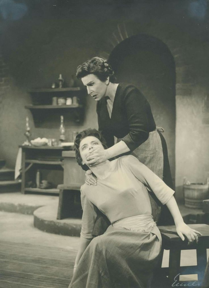 """Η Τζένη Καρέζη (Σίλβια) και η Κατίνα Παξινού (Αγάθα) στο """"Εγκλημα στο νησί των κατσικιών"""" του Ούγκο Μπέτι. Εθνικό θέατρο, 1959."""