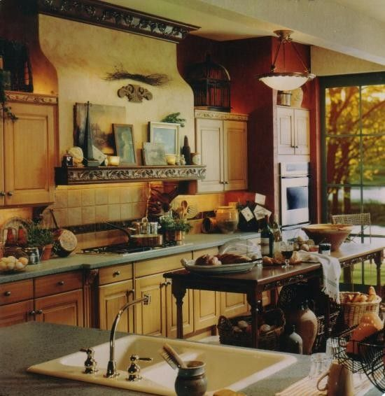 Love the colors in this Italian Kitchen