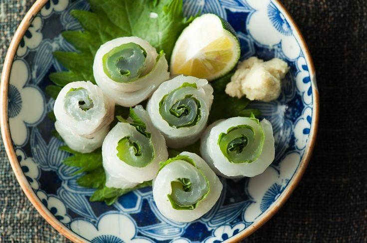 今回チャレンジするメニューは、津軽地方の「あおばの小川巻き」。 あおばとはひらめのこと。鯛と並ぶ高級魚のあおばはかつて 婚礼の膳でしかお目にかかれない貴重なお魚で、おじいやおばあは 「殿様の魚」と呼ぶほどでした。- colocal | 見た目も爽やか、おもてなしメニュー。津軽の「あおばの小川巻き」レシピ。
