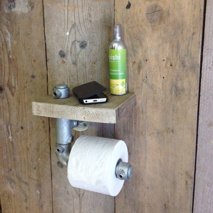 Toiletrolhouder enkel met plankje gemaakt met behulp van steigerhout, steigerbuizen en buiskoppelingen. #Spandoekman #DIY #DoItYourself #DHZ #DoeHetZelf #knutselen #interieur #badkamer #toilet #accessoires #toiletrol #houder #enkel #plankje #toiletrolhouder #steigerhout #steigerbuizen #buiskoppelingen