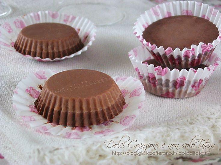 I Cioccolatini cremosi ai tre cioccolati sono dei golosissimi piccoli pasticcini al cioccolato, formati da due strati di scioglievole di bontà.