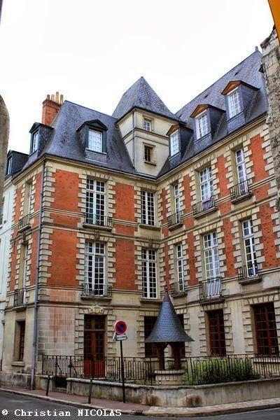 La maison des Compagnons du Devoir au 3 rue Paul Louis Courier, construit au début du XVIIe siècle.