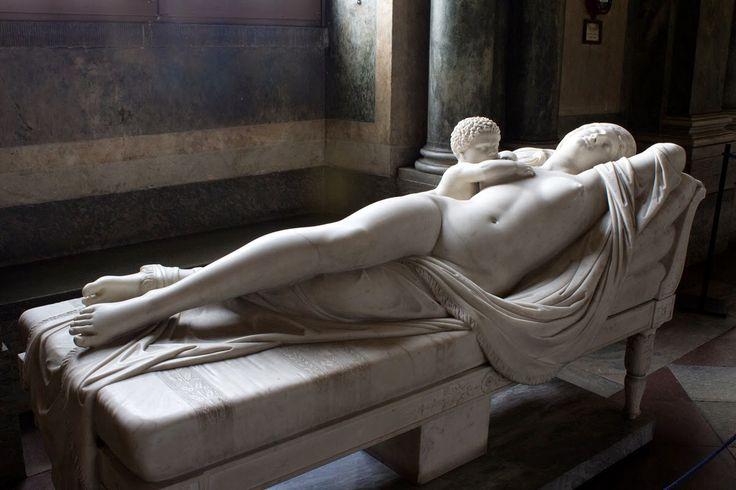 Escultura exenta yacente