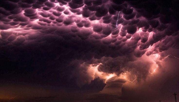 Un tornado con rayos en Nebraska, Estados Unidos. (26 de mayo)