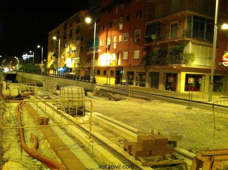 Entrada al túnel en Avda. América. Obras #metro de #Granada de noche.