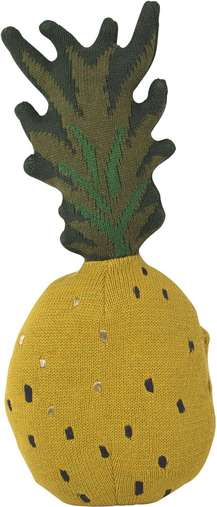 Mit dem Fruiticana Ananas-Kissen von Ferm Living ist fruchtiger Spielspaß garantiert. Das coole Kissen sorgt für einen tropischen Look im Kinderzimmer und eignet sich wunderbar zum Kuscheln, Dekorieren und Spielen. Mehr Infos findet Ihr unter www.kleinefabriek.com