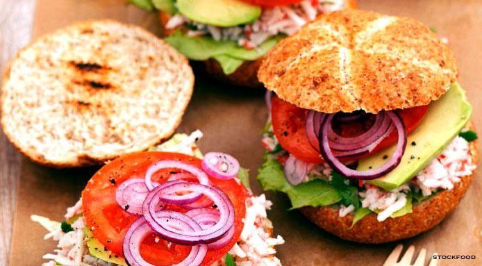 Hamburger+con+Insalata+di+Surimi,+Avocado,+Pomodoro+e+Cipolla