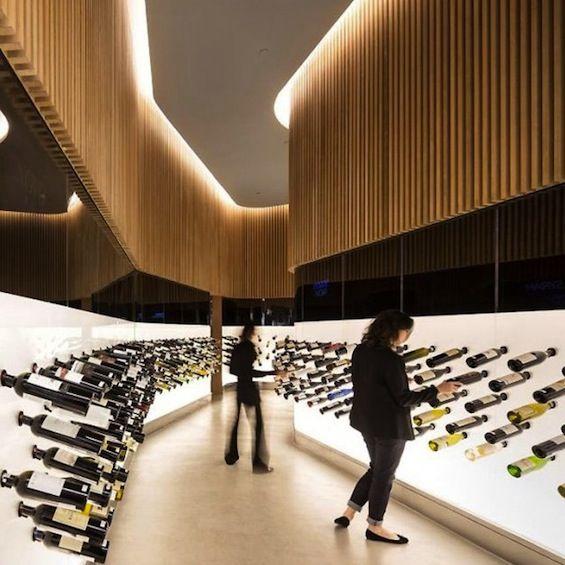"""Le studio brésilien Arthur Casas signe l'aménagement intérieur du """"Mistral"""", un élégant bar à vin et champagne de Sao Paulo."""