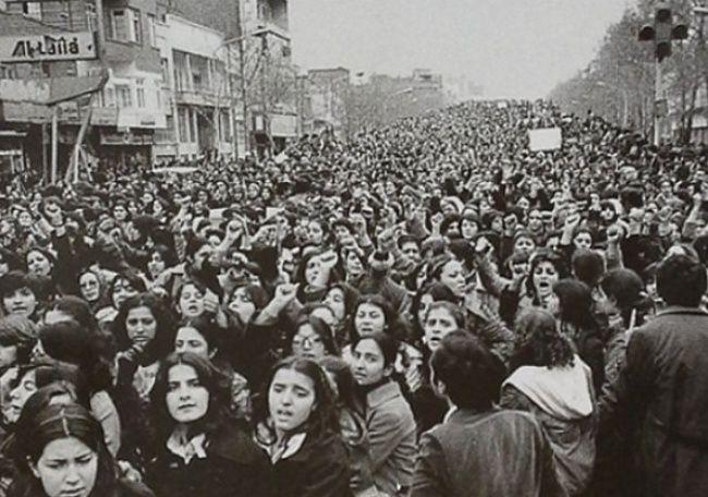 Mujeres protestando durante la Revolución Islámica