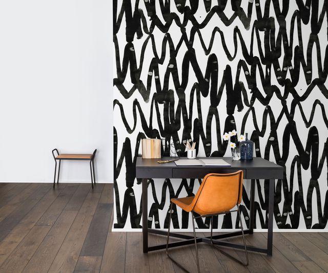 Un papier peint expressif et graphique pour délimiter l'espace bureau