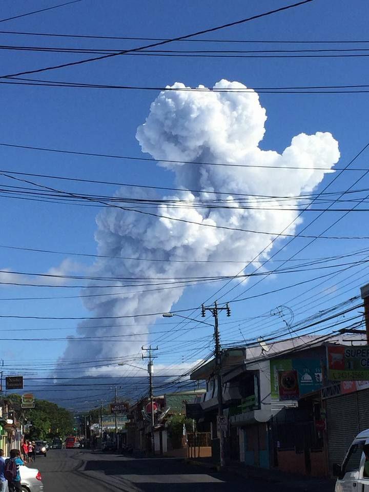 (VIDEO) Volcán Poás registra 7 erupciones entre Jueves y Viernes Santo