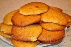Рекомендую! Тает во рту! Печенье на завтрак с кофе  Зачем покупать магазинное печенье, когда очень быстро можно приготовить их самому. Любой хозяюшке будет несложно испечь к любимому кофе на завтрак буквально за 10-15 минут. Рекомендую!  250 гр. майонеза, 1 яйцо, 0,5 стак. сахара, 1 стак. муки, 1 ч.л. ванильного сахара или лимонной цедры, 1/3 ч.л. соды. Яйца взбить с сахаром + майонез, муку и соду. Получится тесто как на оладьи. На противень выстелить пекарскую бумагу и ло...
