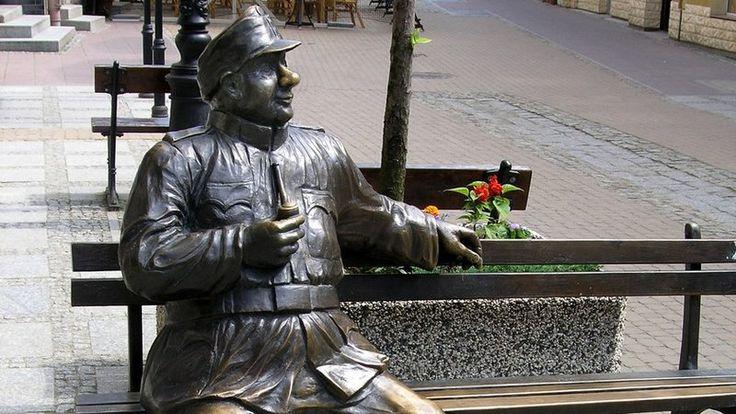 W Sanoku można przysiąść na ławce obok... Dobrego Wojaka Szwejka, bohatera popularnych książek Jaroslava Haski. #Sanok #pomnik #ławka/ #monument #bench