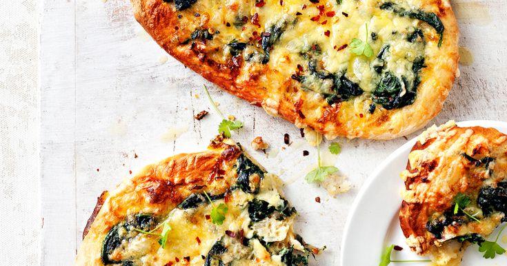 Maak je pizza's extra lekker door kruiden en smaakmakers aan het deeg toe te voegen. In dit recept kiezen we voor komijnzaad. Probeer ook eens pizza met kerrie, bloemkool en groene peper spinazie-kaaspizza hoofdgerecht | 4 personen | v 1 pak mix voor pizzadeeg (450 g) 1½ tl komijnzaad 1 el olijfolie 2 uien, fijngesneden...