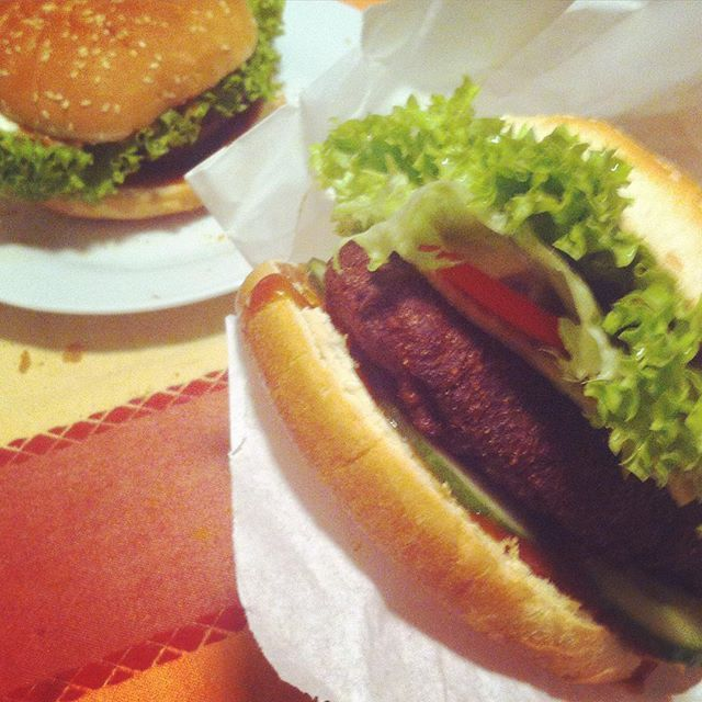 #VeganBurger  #BurgerTime #lekker #eten  #Vegan #Junkfood ?! #hmmm kann nur #gesund sein .. Bei den tollen Zutaten #Bratling [#Trockenmischung von @BURGERnativ ]  Sorte #Chia  mit #Chiaseeds  #Vegetarian #vegetarisch #vegetarianfood #veganWorld #gezond #healthyfood mit allen Vitaminen die der #vegetarier benötigt #Ballastoffreich viel #Eisen und #Eiweiß  #KathieKreativ #BURGERnativ #FoodPorn #Foodgasm #instafood #BurgerPorn