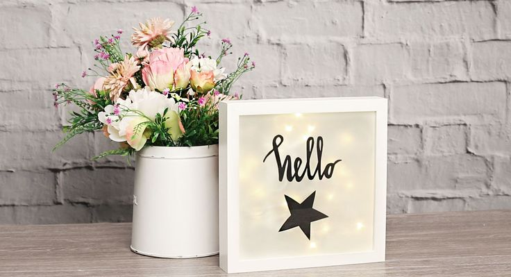 Verwandle einen Ikea Ribba Rahmen in wenigen Minuten in eine trendige Lightbox. Wir zeigen dir die Step-by-Step Anleitung im Video!