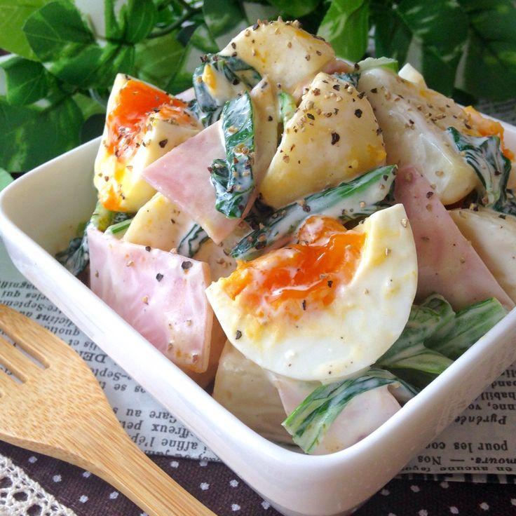 ペコリ… 調子悪くないですか? ๐·°(৹˃̵﹏˂̵৹)°·๐  半熟卵が目を引く小松菜&ハム入りのポテマヨ◎ 食べ応え十分‼︎ 栄養バッチリのサラダ(⺣◡⺣)♡  今回はあえて調味料はザックリレシピですww 目分量でOKだからとっても簡単に作れますよ‼︎  良かったら作ってみてね〜♫ 約3〜4人分のレシピになります◎   ●材料⬇︎  ジャガイモ 小3個 小松菜 3株くらい 極薄ハム 10枚くらい 半熟卵 小3〜4個  ●調味料⬇︎  マヨネーズ 大5〜6くらい ミルクポーション(コーヒー用) 3〜4個くらい 粉チーズ 大1弱くらい 練乳 少々 塩胡椒 適量  BKペッパー(仕上げ用)お好みで◎   ※半熟卵を作る際、卵は冷蔵庫から取り出して   すぐのもので大丈夫です◎そーっと入れてね!  ※私は粉チーズ&練乳でコク重視の仕上げに♡   顆粒コンソメ&塩胡椒でシンプルに味付けも◎  ※ザックリレシピにしたワケはブログで報告予定   興味のある方のみのぞいて下さい…|д・)ソォーッ   作り方は下記参照⬇︎