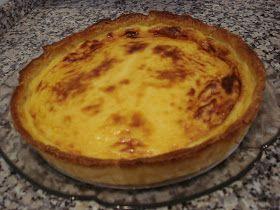Ingredientes: 1 lata de leite condensado 2 pacotes de natas 2 ovos 1 gema 1 embalagem de massa folhada Preparação: Forra-se uma tart...