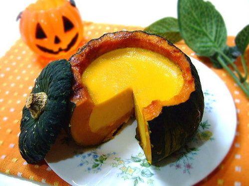 【nanapi】 はじめに皮までおいしく食べられる、まるごとかぼちゃの焼きプリン。じっくり火を通したかぼちゃの優しい甘さが、プリンの濃厚な甘さを包み込んで、ほっとする美味しさです。材料(かぼちゃ1個分)直径12cmくらいの坊ちゃんかぼちゃ...1個牛乳...100cc三温糖(または砂...