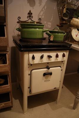 2 filetjes van scharrelkip bestrooien met zout en peper. Routje maken van 30 gr boter, 20 gr. bloem, 1,5 dl room en 1,5 dl bouillon. Scheutje witte wijn. Bieslook, peterselie en kervel erdoor roeren. Over de kipfilet in ovenschaal, geraspte kaas erover en 30 min. op 200 graden in oven.
