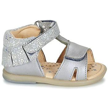 Het is niet omdat het zomer is dat je er niet tip top moet uitzien! Je kleine miss is gegarandeerd trendy dankzij deze zilveren sandalen van Babybotte. De leren schacht en de zool van rubber staan garant voor kwaliteit. Je voeten genieten van het comfort dankzij de leren binnenvoering en de leren binnenzool. Met deze sandalen aan je voeten kan de zon alleen maar schitteren! - Kleur : Zilver - Schoenen Kind € 68,99