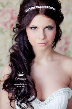Penteados para noivas e madrinhas: Meio preso / meio solto. Veja mais em: http://casacomidaeroupaespalhada.com/2015/09/28/penteados-de-noiva-meio-preso-meio-solto/