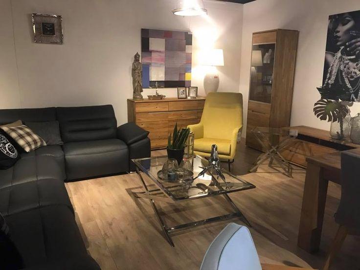 Duży skórzany zestaw wypoczynkowy w kolorze czarnym w komplecie z tapicerowanym materiałowym fotelem w kolorze żółtym. Gotowy zestaw mebli wypoczynkowych do salonu.