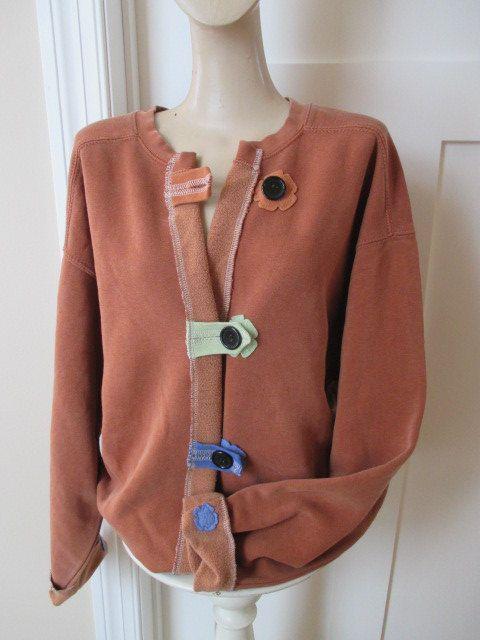 Dies ist ein Rost Sweatshirt-Jacke, die mit vielen anderen Sweatshirt Fleece Farben verschönert worden. Kann mit vielen Dingen-Kleid ihn nach oben oder gehen kausale getragen werden.  Ich habe den Abschlussband ein Sweatshirt abgeschnitten, dann Mitte zerschnitten.  Es schließt mit selbst Schleifen und die Naht auf der Band aus. Ich habe mit Blütenformen verziert, die ich mit einer freien Bewegung Methode appliziert haben.  So angenehm und einzigartig. Wirklich ein von einer Art!  Ich…