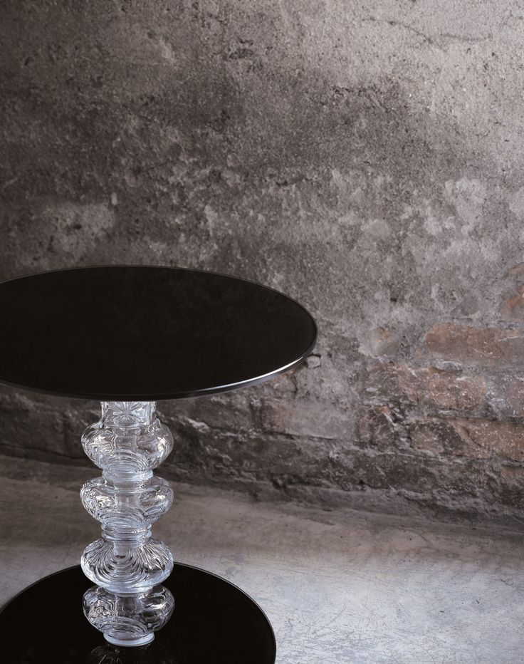 CALICE design Piero Lissoni | Round low tables available in two heights with top and and foot in tempered mm 8 thick glossy lacquered glass. The base is in shaped blown glass, with decorations engraved on the surface.