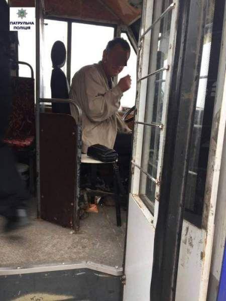 В Николаеве маршрутчик «под градусом» устроил ДТП и сбежал с места преступления  http://novosti-mk.org/events/5051-v-nikolaeve-marshrutchik-pod-gradusom-ustroil-dtp-i-sbezhal-s-mesta-prestupleniya.html  Во время дневного патрулирования Корабельного района Николаева инспекторы получили сообщение о том, что на территории стоянки водитель маршрутного такси столкнулся с другим автомобилем, после чего быстро скрылся с места совершения ДТП.  #Николаев #Nikolaev {{AutoHashTags}}