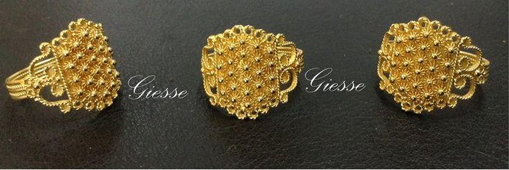 Rivisitazione di un antico modello di anello sardo in oro filigrana con lavorazione a nido d'ape e traforo.. E' un prodotto Giesse by Galdino Saba