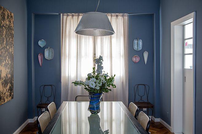 apto. flamengo, de graça e eucanaã ferraz | mesa de edoardo landi; cadeiras de mies van der rohe; dupla de cadeiras francesas do século 19 (empório maria maria); cerâmicas na parede de stig lindberg; e pendente de philippe starck