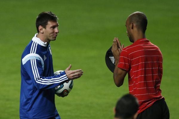 La larga (y feliz) historia de Lionel Messi con los invasores de campo | Desde la redacción. Columnistas, opinión y crítica - Yahoo Deportes