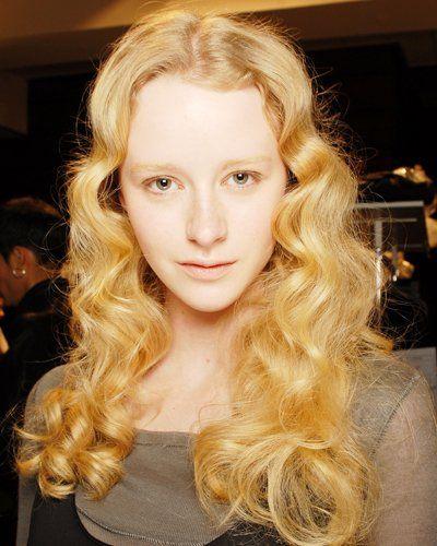 Auch bei Marithé + Francois Girbaud waren locker fallende Locken das Frisurenthema, allerdings fallen diese Looks durch besonders dickes, voluminöses Haar auf. Sieht süß zum Mittelscheitel aus.