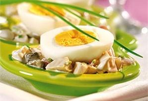 Jajka w sosie majonezowym / Eggs in Mayonnaise Sauce.  Oryginalny smak przepisowi nadają kapary i marynowane pieczarki, a lekkości – jogurt wymieszany z majonezem.