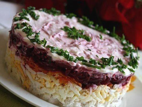 Предлагаем вам большую подборку из 35-ти праздничных салатов, чтобы вы могли порадовать и удивить своих близких и друзей!