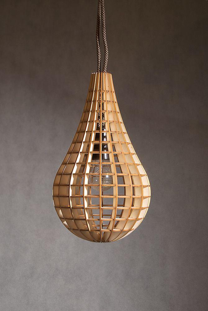 Designové světlo Moderní variabilní osvětlení nad stůl nebo volně položené jako pocitové osvětlení.  Obsah balení: stínidlo jako skládačka Rozměry: délka 35 cm, průměr 19 cm. Doporučuji žárovku 15W, max 25W.  Kabel ke světlu k zavěšení a k volnému položení s vypínačem můžete běžně sehnat v Ikea nebo obchodech s elektromateriálem. Doporučuji černou barvu ...