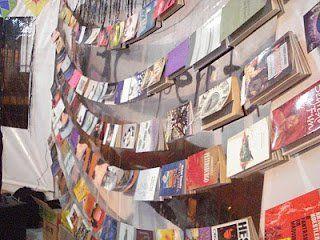 """Vai chover livros no sarau da Cooperifa, nesta quarta, 22, às 20h30. Pelo quarto ano consecutivo, o projeto """"Chuva de Livros"""" chega ao sarau da Cooperifa, que dará de presente um livro para cada participante do sarau. A entrada Catraca Livre."""
