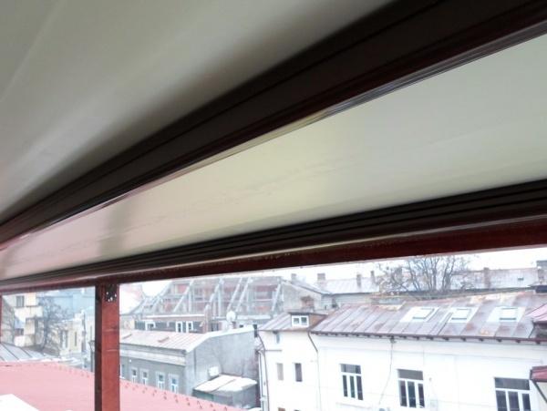 Pergole retractabile basic tip MED 85 montate pe structura externa de lemn. Pergole Gibus pentru acoperire terase tip balcon. Sistemul de drenare ( jgheaburi) al apei colectate de pergola urmeaza sa fie confectionat.