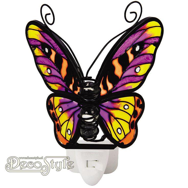 Tiffany Nachtlampje Vlinder - Paars Geel  Prachtig nachtlampje in de vorm van een vlinder. Gemaakt van gekleurd glas. Het lichaam bestaat uit 3 glas bollen. Het gekleurde glas zorgt ervoor dat het licht heel mooi wordt verspreid. Het lampje wordt geleverd met een 0.5 Watt LED lampje in een luxe geschenkverpakking. Deze nachtlampjes zijn uitstekend te gebruiken op plekken waar je een beetje meer licht nodig hebt. Op de slaapkamer, keuken, hal, overloop, etc… Het nachtlampje is KEMA gekeurd en…