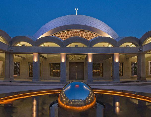 Альтернативная Турция: В 2009 году в Стамбуле открылась самая современная мечеть Турции - мечеть Шакирин. Главной отличительной чертой строения является неповторимость оформления, как снаружи, так и внутри здания. Стены мечети прозрачные, а интерьер богат восхитительной золотой росписью с бирюзой. Имеются также великолепные люстры из стекла, вид которых имитирует снисходящие капли воды. «Шакирин» – единственная мечеть в этой стране, дизайн которой был разработан женщиной Зейнеп Фадиллиоглу.