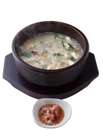 干し鱈と米のとぎ汁を弱火で煮込んだスープ「プゴクッ定食・包み野菜付」1,150円。別皿のあみ海老で、塩気を調整しながら味わって。 ピニョ食堂 PINYO shokudou