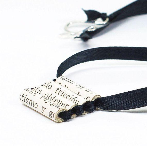 Jai créé ce collier de perles de papier que jai fait un millésime livre espagnol. Les perles de papier sont enfilées sur ruban noir. Le fermoir de style agrafe est plaqué argent. Les perles de papier sont revêtues dune finition brillante pour la protection. Les perles mesurent environ un pouce de long. Le collier mesure environ 18 de long. Tous mes colliers peuvent être réduite sur demande. La dernière photo est dun bracelet assorti est également disponible : https://www.etsy.com&#x...