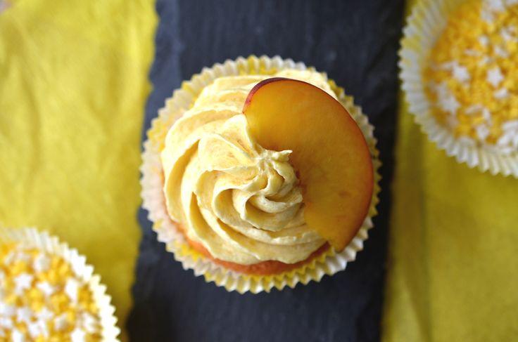 Pfirsich-Cupcakes mit weißen Schokostückchen und Pfirsich-Buttercreme