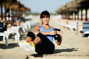 Russian twist med vikt Sätt dig ner med lätt böjda ben och hälarna i marken framför dig (eller håll dem uppe i luften om du vill utmana dig ännu mer). Håll en medicinboll/hantel/viktplatta/kettlebell i händerna och sträck på ryggen och luta dig bakåt i ungefär 45 grader. Se till att hålla ryggen rak och stabil hela tiden och börja sedan flytta vikten från höft till höft.